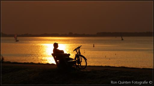 Nog even genieten aan de dijk van de zonsondergang