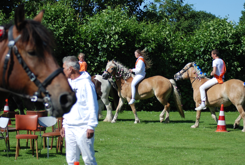 Stoelendans te paard op 't weitje van Gijssel in de Wilhelminastraat